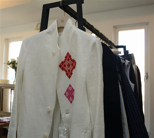 赤やピンクの糸で刺されたこぎん刺しがあしらわれたジャケット