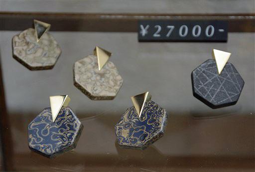 津軽塗の技法を生かして制作されたイヤリング